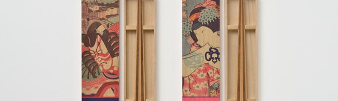 木箱に浮世絵を印刷して、金閣鹿苑寺の平成大改修の際に出た古材を使用して箸を作成しました。